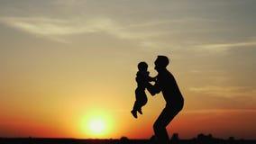 A criança feliz apressa-se nas mãos do pai filme