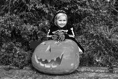 Criança feliz com a abóbora enorme Jack Oâ de Dia das Bruxas €™Lantern Imagem de Stock