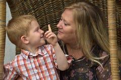 Criança feliz com baby-sitter do dia Imagem de Stock