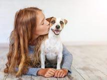 Criança feliz com cão imagem de stock royalty free