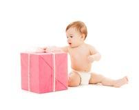 Criança feliz com caixa de presente imagem de stock royalty free