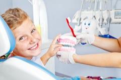 Criança feliz com dentaduras do brinquedo Fotos de Stock Royalty Free