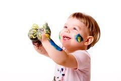 Criança feliz com mãos manchadas sujas Fotos de Stock Royalty Free