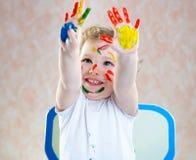 Criança feliz com mãos pintadas imagem de stock royalty free