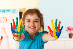 Criança feliz com mãos pintadas Fotografia de Stock Royalty Free