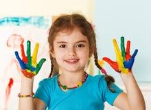 Criança feliz com mãos pintadas Fotos de Stock Royalty Free