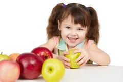 Criança feliz com maçãs - fontes de vitaminas Fotografia de Stock
