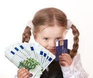 Criança feliz com o cartão do dinheiro e do credut. imagens de stock royalty free