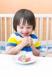 Criança feliz com os pirulitos do playdough e dos palitos Fotografia de Stock Royalty Free