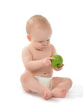 Criança feliz do bebê da criança que senta-se no tecido com maçã verde imagens de stock