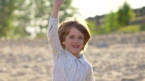 Criança feliz do rapaz pequeno com plano de papel, avião no parque do verão Corredor da criança com plano de papel na natureza fo vídeos de arquivo