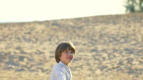 Criança feliz do rapaz pequeno com plano de papel, avião no parque do verão Corredor da criança com plano de papel na natureza fo filme