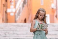 A criança feliz do toodler aprecia o feriado italiano das férias em Europa foto de stock royalty free