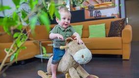 Criança feliz em um cavalo video estoque