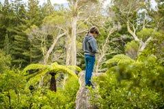 Criança feliz em uma trilha no fundo natural fotografia de stock royalty free