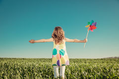 Criança feliz fora no campo da mola imagem de stock