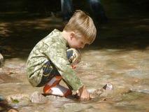 Criança feliz na água fotos de stock royalty free