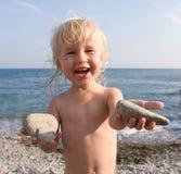 Criança feliz na praia imagem de stock