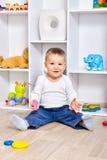 Criança feliz na sala de jogos foto de stock royalty free