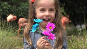 Criança feliz no jardim zoológico