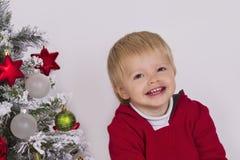 criança feliz perto da árvore de Natal Foto de Stock Royalty Free