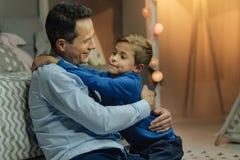 Criança feliz que abraça seu paizinho Imagens de Stock Royalty Free