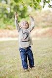 Criança feliz que alcança acima fotografia de stock royalty free