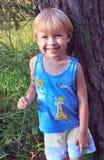 Criança feliz que anda na floresta Foto de Stock