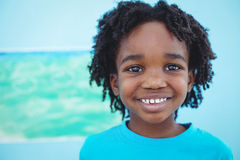 Criança feliz que aprecia artes e pintura dos ofícios imagem de stock royalty free