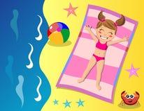 Criança feliz que bronzea-se na praia Fotografia de Stock Royalty Free