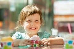 Criança feliz que come o gelado Imagens de Stock