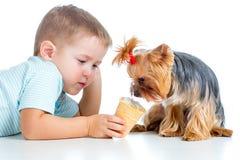Criança feliz que come o gelado isolado Imagens de Stock Royalty Free