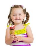 Criança feliz que come o gelado isolado Fotografia de Stock Royalty Free