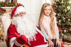 Criança feliz que comemora o Natal com pai Frost imagem de stock royalty free