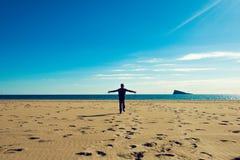 Criança feliz que corre através do Sandy Beach Imagem de Stock Royalty Free