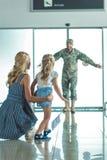 Criança feliz que corre para genar no uniforme militar imagens de stock
