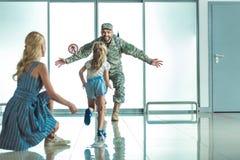 Criança feliz que corre para genar no uniforme militar foto de stock