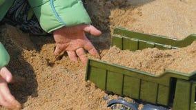 Criança feliz que joga com areia video estoque