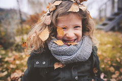 Criança feliz que joga com as folhas no outono Atividades exteriores sazonais com crianças Fotografia de Stock Royalty Free