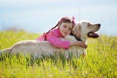 Criança feliz que joga com cão fotografia de stock royalty free