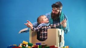 Criança feliz que joga na caixa de cartão Conceito das férias do curso Menino bonito da criança no aeroporto Menino na maneira ao video estoque