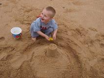 Criança feliz que joga na praia Imagem de Stock Royalty Free