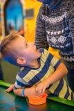 Criança feliz que joga o hóquei do ar da tabela imagem de stock