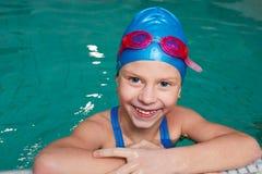 Criança feliz que ri em uma piscina Fotografia de Stock Royalty Free