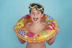 Criança feliz que sorri com anel do flutuador imagem de stock royalty free