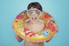 Criança feliz que sorri com anel do flutuador fotos de stock royalty free