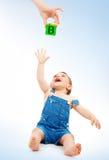 Criança feliz que tem o divertimento imagens de stock royalty free