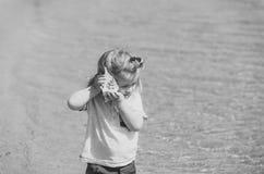 Criança feliz que tem o divertimento Liberdade, descoberta, aventura imagem de stock