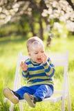 Criança feliz Retrato do rapaz pequeno que joga com bolhas foto de stock