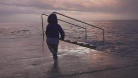 A criança feliz tem o divertimento na praia do mar Jogo da criança no oceano Menino que corre na costa de mar férias com criança  vídeos de arquivo